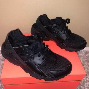 EUC All Black Nike huarache